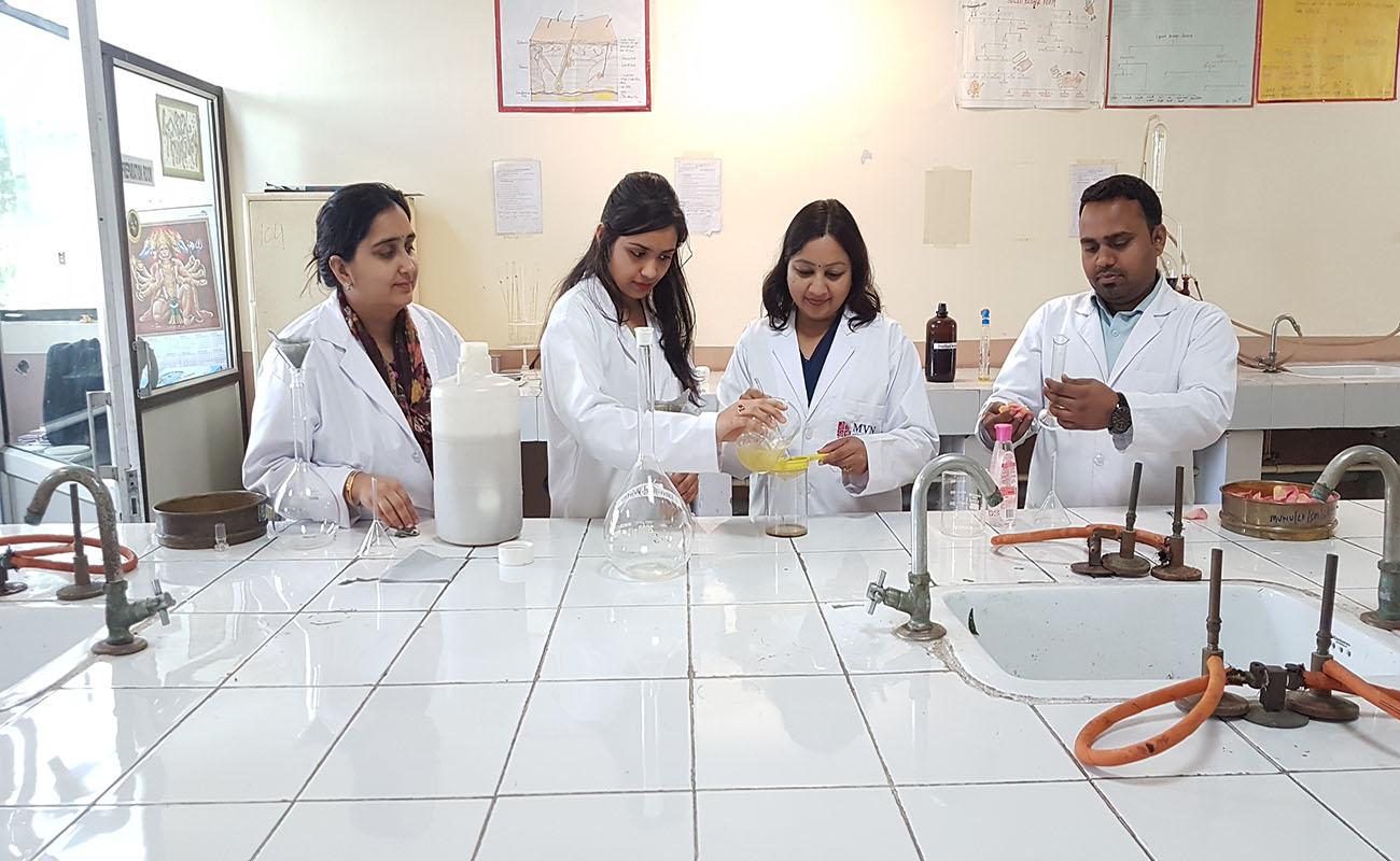 एमवीएन विश्वविद्यालय के फार्मेसी विभाग ने कोरोना वायरस के प्रकोप की रोकथाम के लिए अपनी प्रयोगशाला के अंदर हैंड सैनिटाइजर बनाए|