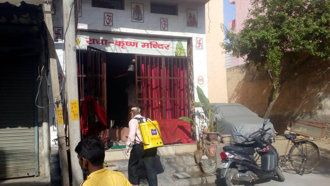 एमवीएन विश्वविद्यालय ने अखिल भारतीय मानव कल्याण ट्रस्ट के साथ मिलकर बल्लभगढ़ की चावला कॉलोनी के वार्ड नंबर 37 गायत्री मंदिर से लेकर गली नंबर 6 नहर किनारे तक सैनिटाइजर का छिड़काव किया