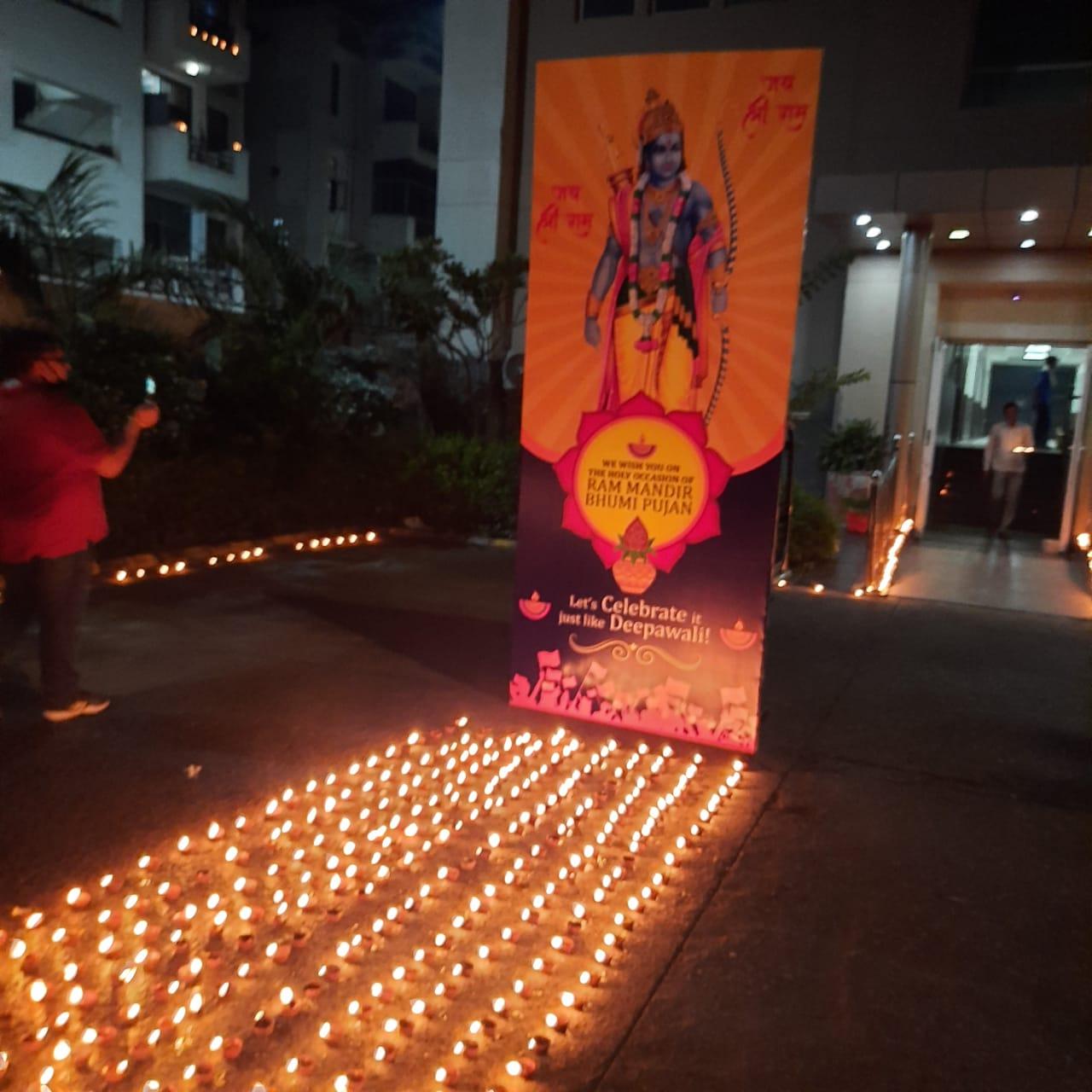 एस. आर. एस. इंटरनेशनल स्कूल में 5100 दीप प्रज्वलित कर राम मंदिर भूमि पूजन की खुशी मनाई